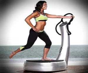 Mujer ejercitando en plataforma vibratoria