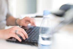 Escribiendo en una laptop