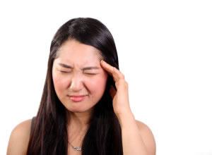 Mujer con dolor de cabeza que tomará paracetamol para curarlo