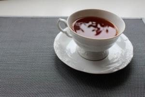 El té rojo o Pu-her, procede de la misma planta del té, (la plana Camellia sinensis), planta de la que se producen todas las variedades de té, el té rojo pasa por varios procesos de fermentación, mismos que le dan propiedades distintas a las otras variedades de té.