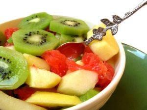 Plato de frutas con kiwi