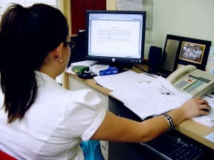 Oficina con computadora y word abierto