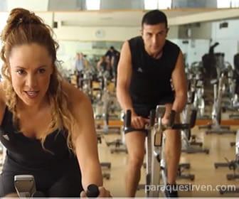 Salon de spinning con bicicletas estáticas